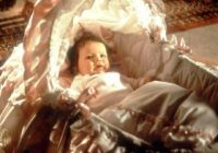 Трое мужчин и младенец в люльке